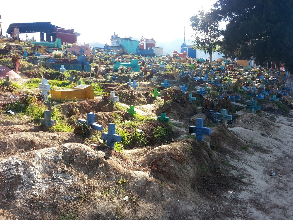 De goedkopere graven van het kerkhof.