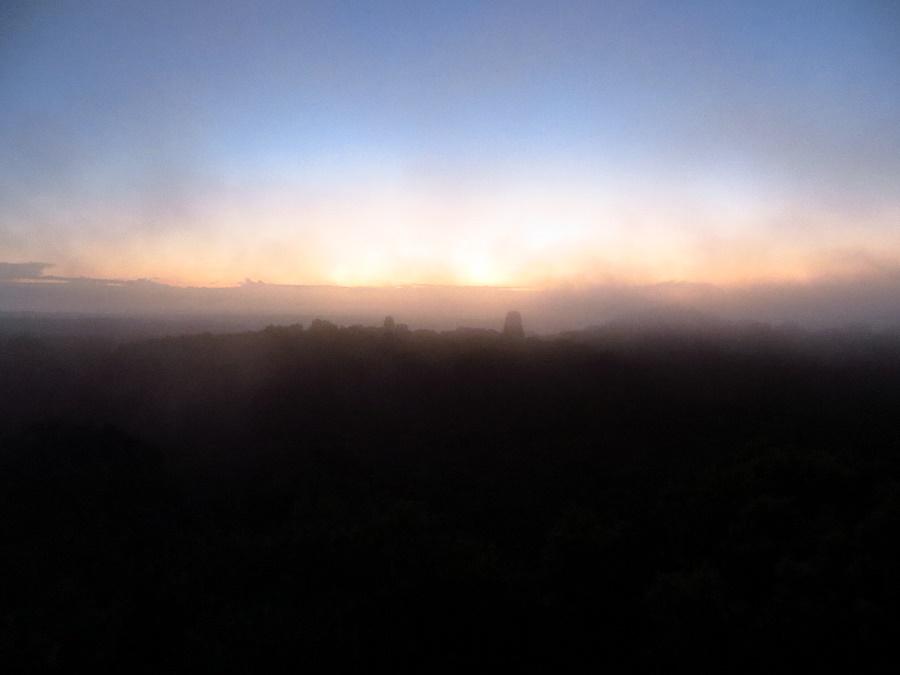 De zonsopgang van tempel IV in Tikal