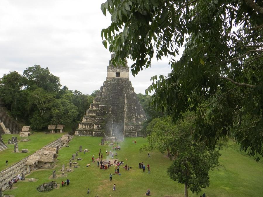 Tempel 1 vanaf tempel 2 (in het midden het Maya ritueel)