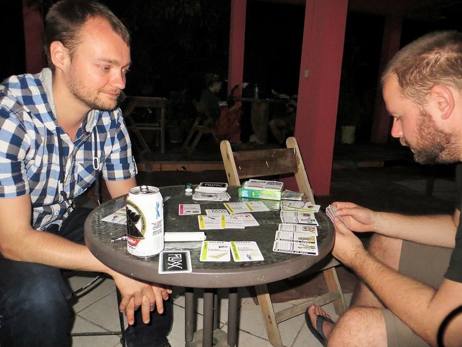 Wieger en Michiel aan de Zombiefluxx en de cerveza