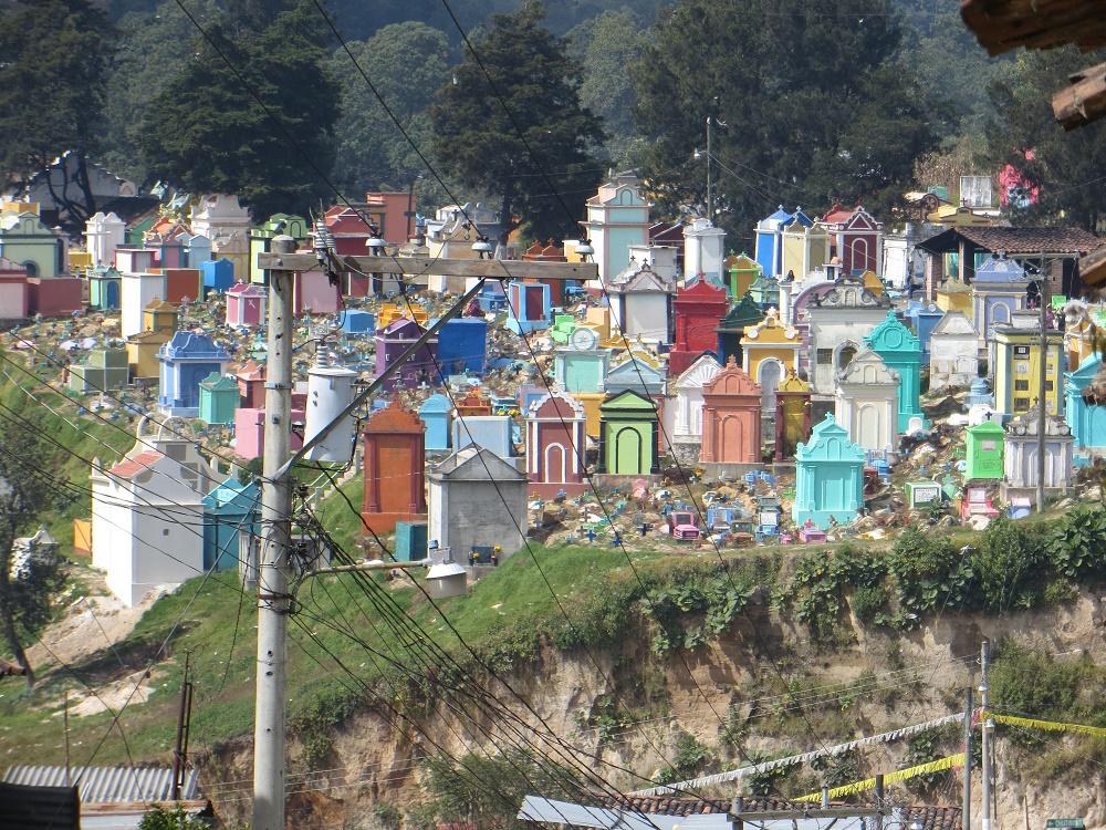 Vanuit de verte zagen we dit kleurrijke kerkhof liggen.