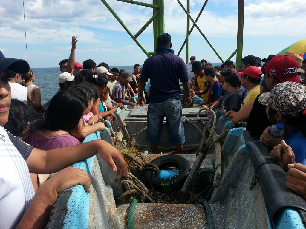 De vissersboot is net opgetakeld en iedereen rent om de vangst te bekijken...