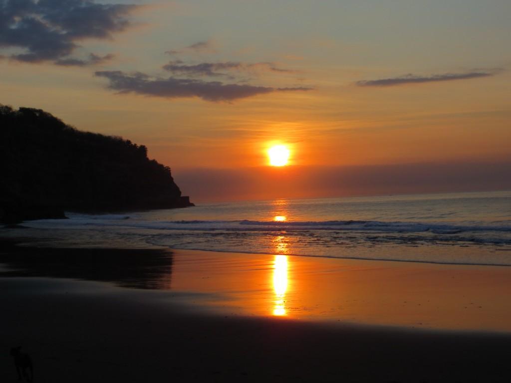 Zonsopgang aan de ene kant van het strand