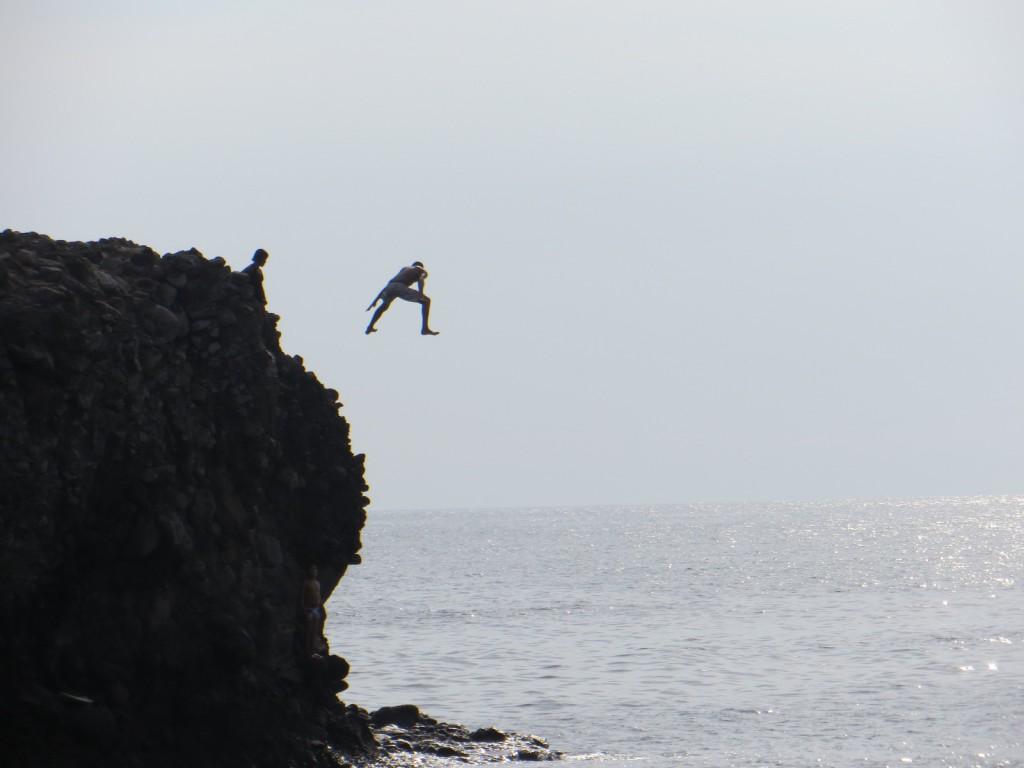 Iemand die gek genoeg was om van de rots te springen.