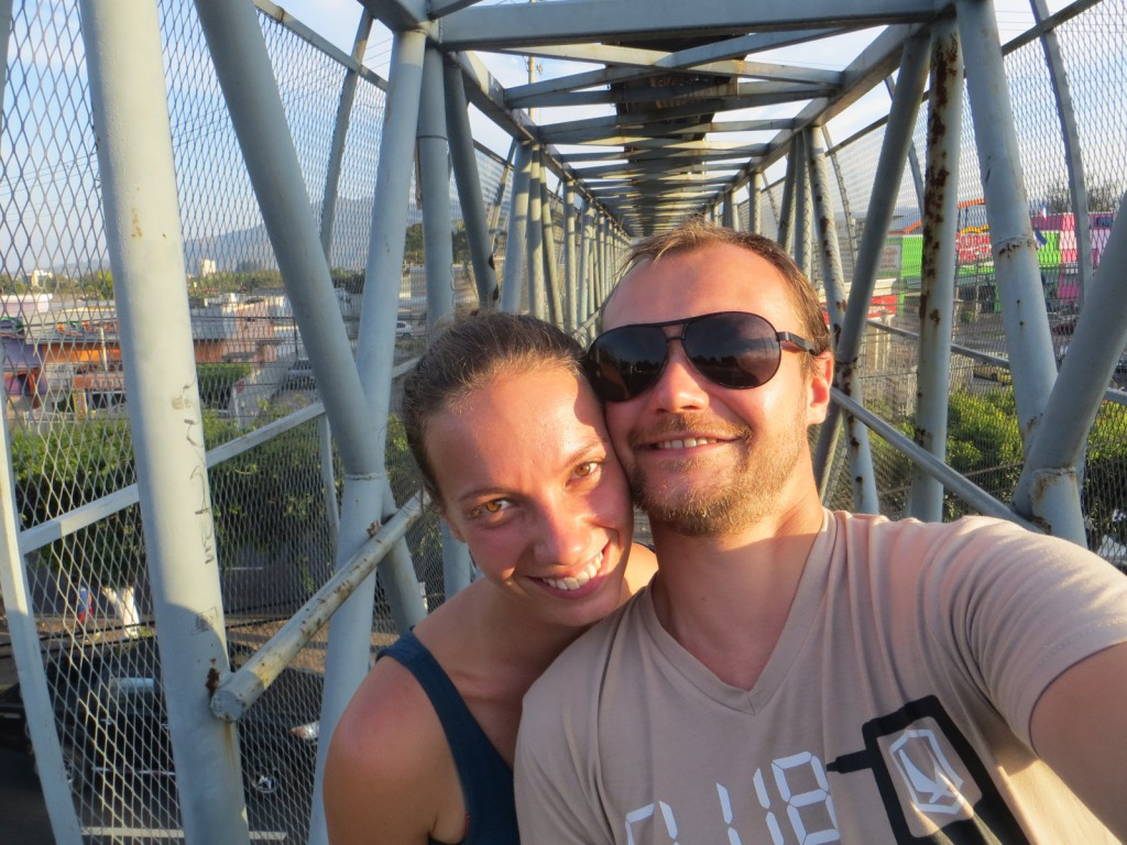 Op één van de loopbruggen in San Salvador