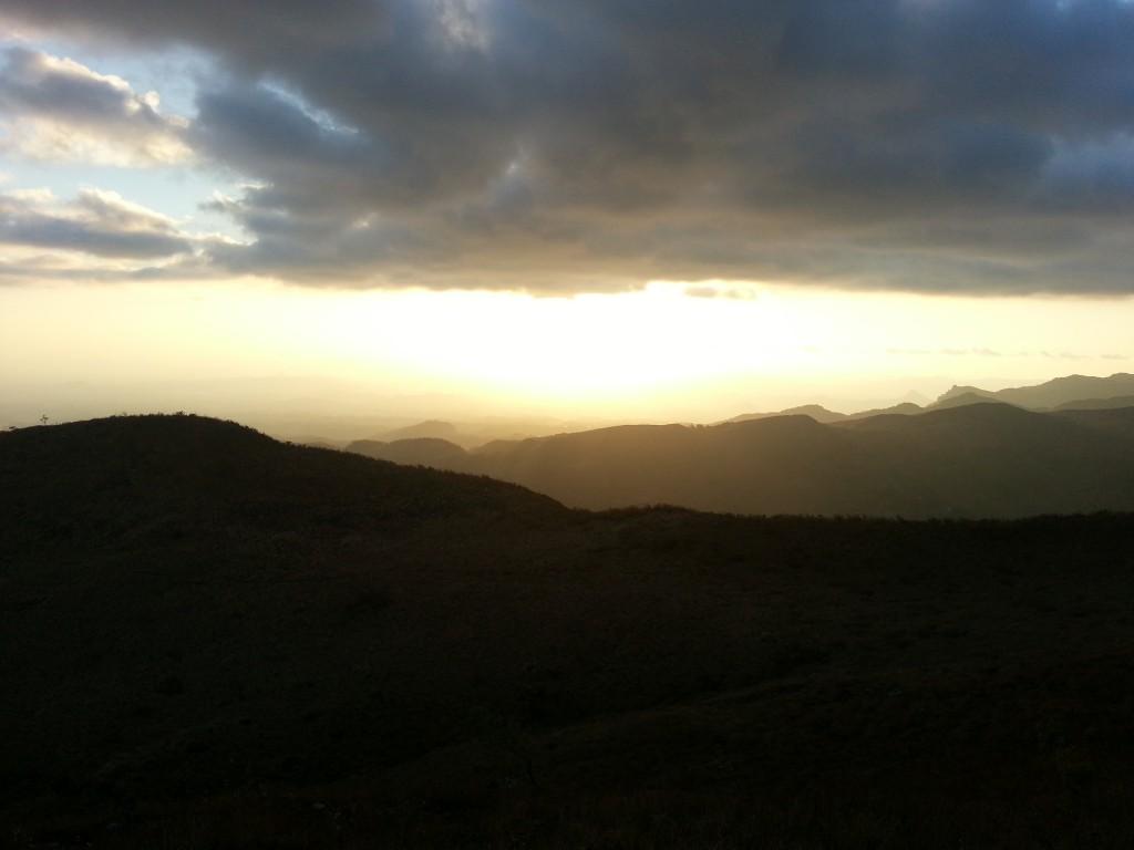 De zonsondergang vanaf zo'n mooie bergrug.