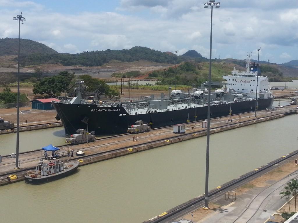 Het grote schip dat we de sluis door zagen gaan.