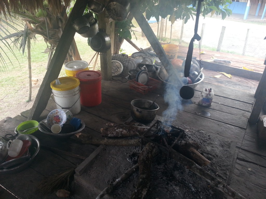 In dezelfde hut als waar ik sliep werd er op een vuurtje gekookt