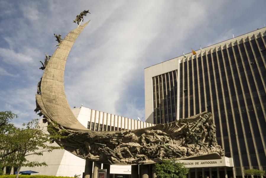 Een prachtig standbeeld dat de geschiedenis van Colombia weergeeft.