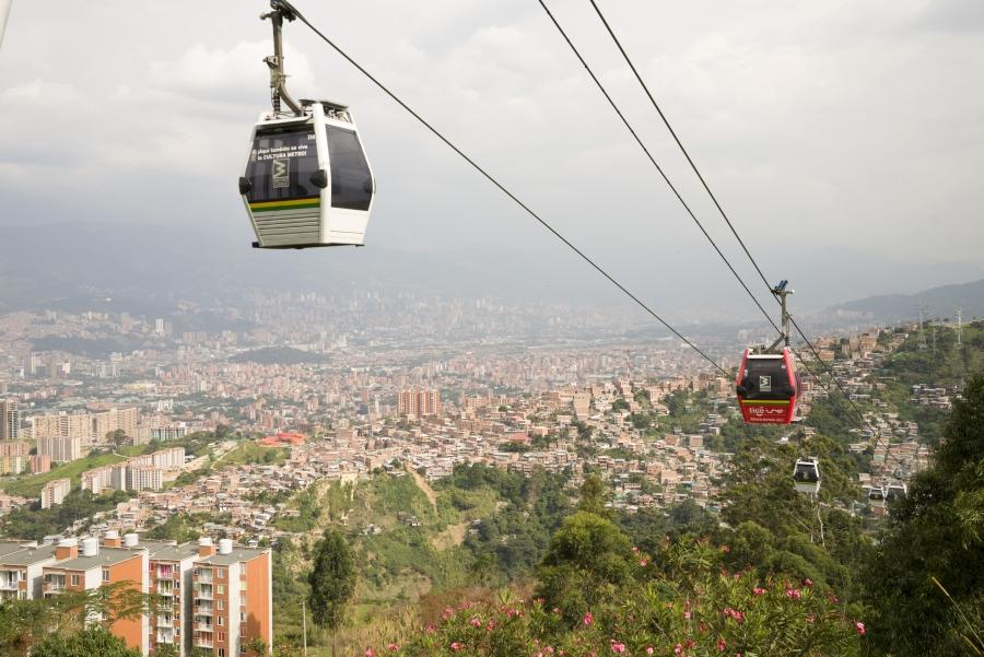 De metro in Medellín. Kabelwagens hoog over de stad.