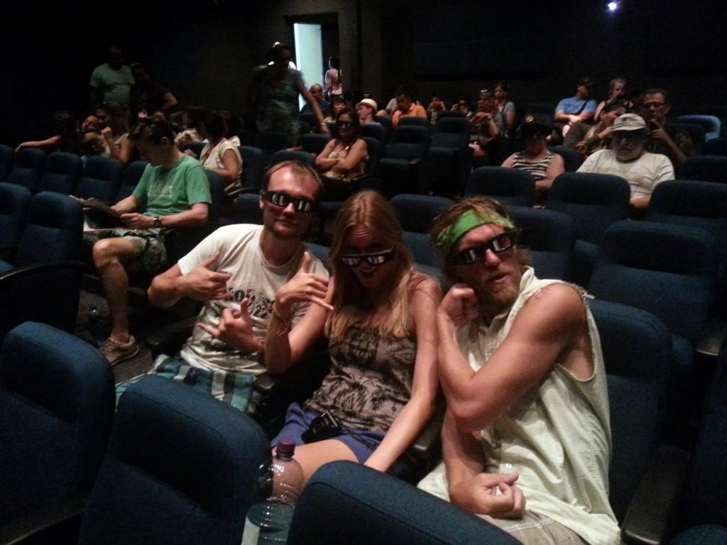 Lol in de 3D bios... Wat zulke brilletjes toch niet met je kunnen doen.