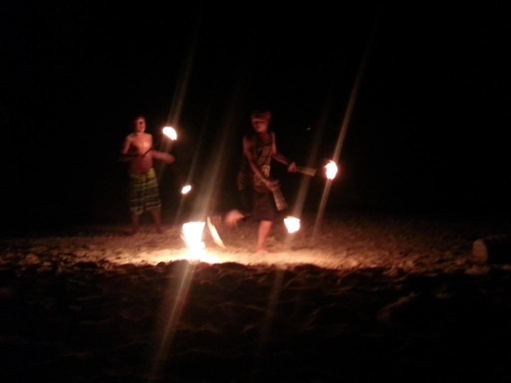 ´s Avonds was er een vuurshow op het eiland. Echter zorgde de wiet en rum in deze jongens ervoor dat het vaker mis, dan goed ging :-)
