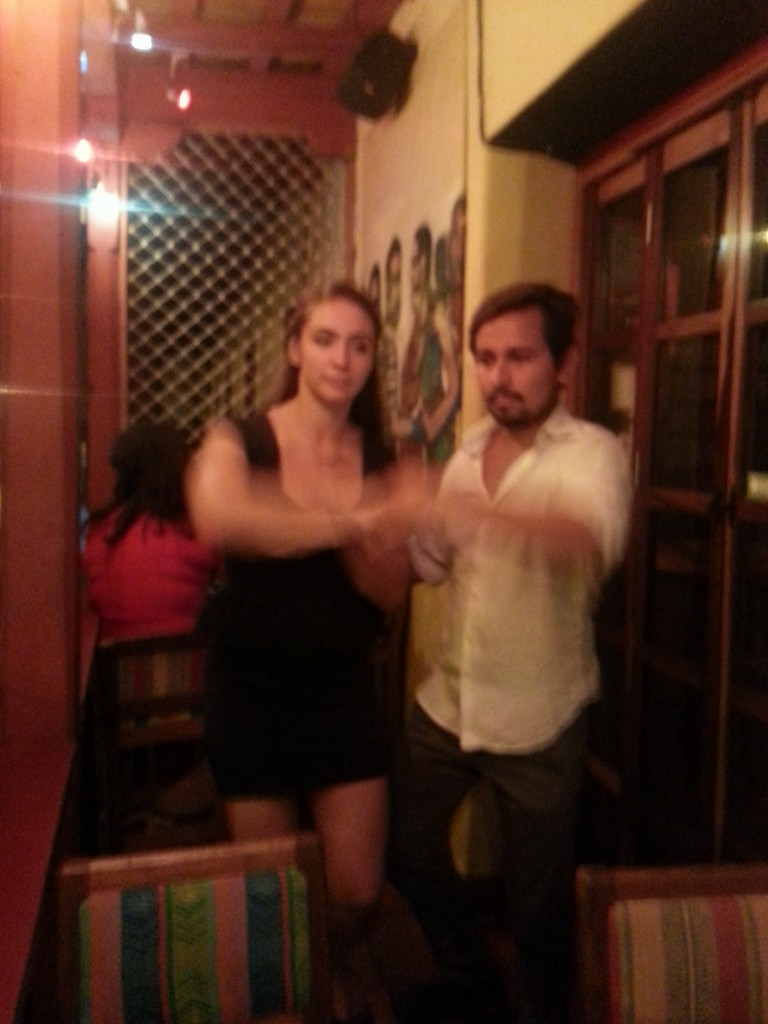 Oscar en Danielle dansen de salsa.