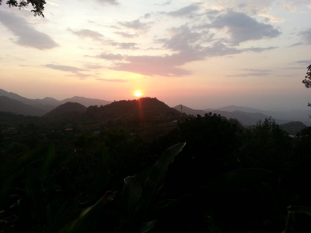 Zonsondergang vanaf ons hostel hoog in de bergen.