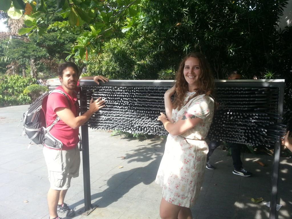 Lindsey en Derek bij een raar muziekinstrument in het park.