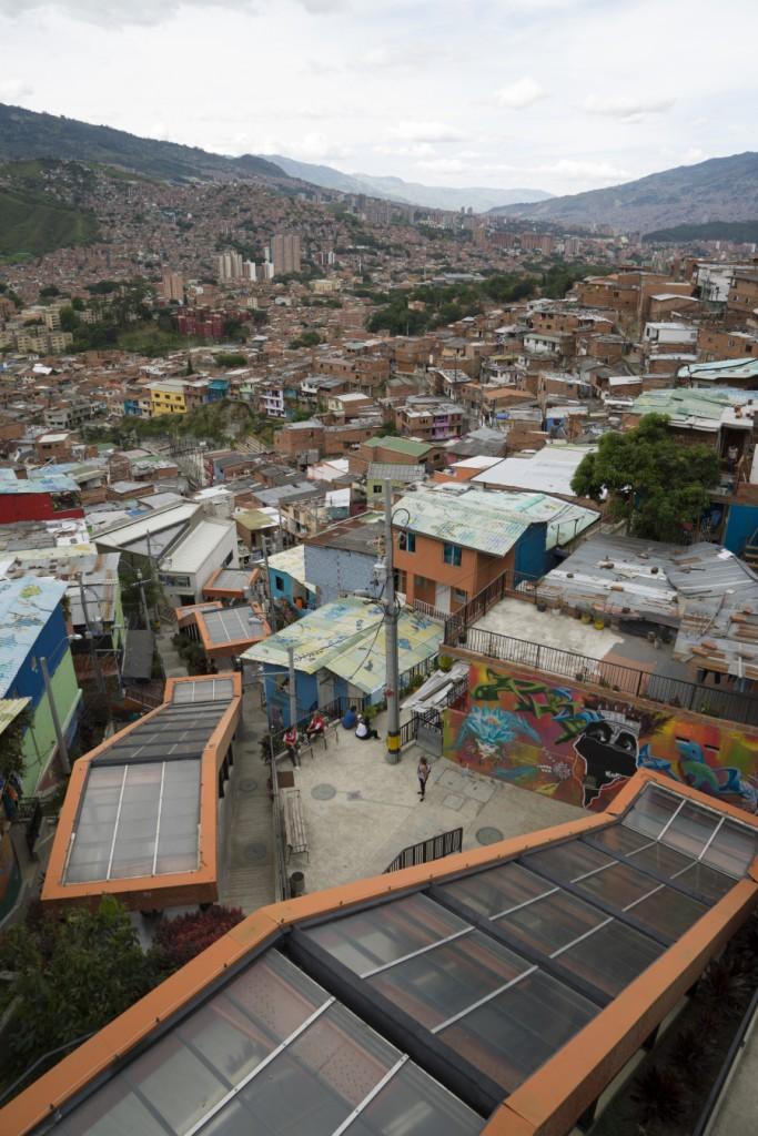 De oranje gebouwen zijn de roltrappen, die zoals je ziet de mensen hoog de stad in brengen.
