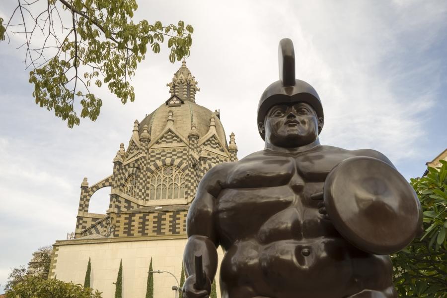 Eén van de beroemde standbeelden van Boleta. Tegenover een kerk die deels gebouwd is door een Belgische architect.