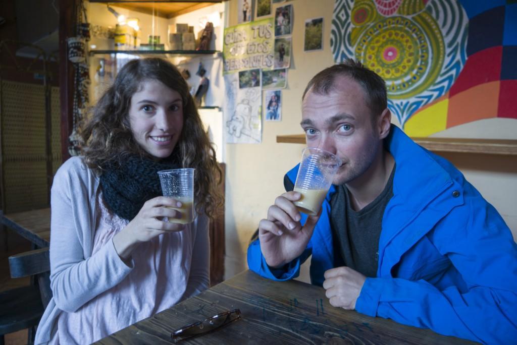 Daarna gingen we het lokale maisbier proberen. Chicha. Heel vies drankje van gefermenteerd mais. Dit is Ghislinde.