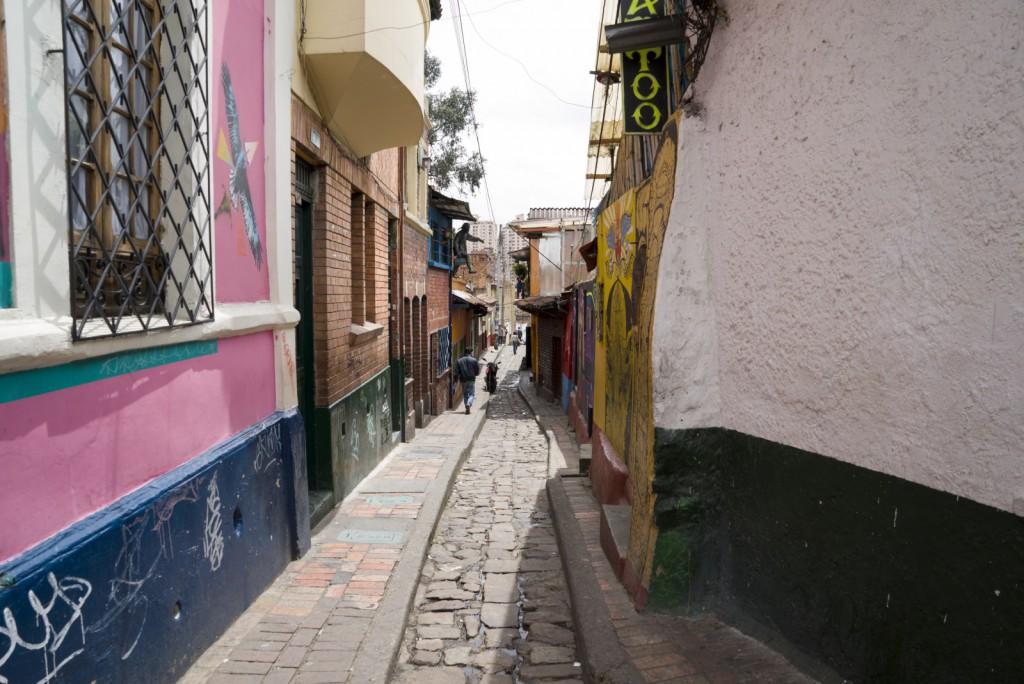 Een van de nauwe straatjes van Bogota, vol kunstgraffiti.