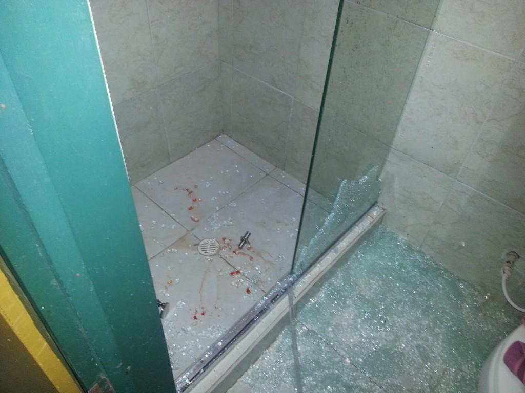 Nadat ik terug was toch maar even wat foto´s gemaakt van de ingestorte douchedeur.