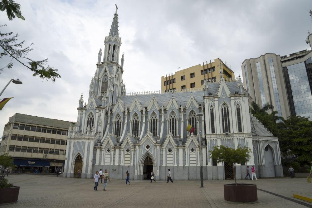 Een eigenaardig klein kerkje in het hart van de verder betonachtige stad.