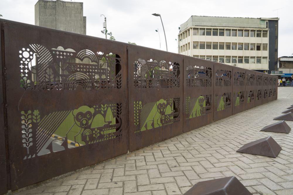 Met versieringen in de roestige brug, proberen ze de stad er beter uit te laten zien.