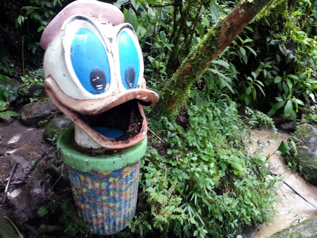 Creatieve vuilnisemmer, midden in een nationaal park.