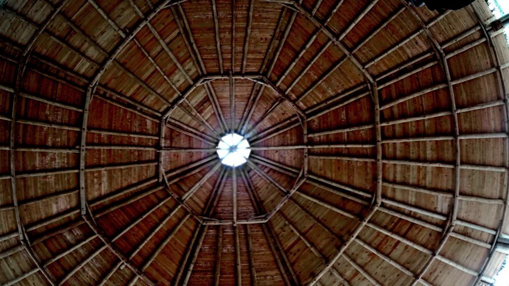 Het plafond waar ik een hele nacht naar heb liggen staren.