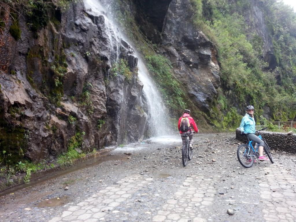 Het mountainbiken is niet altijd zonder obstakels, soms ligt er een watervalletje op je pad.