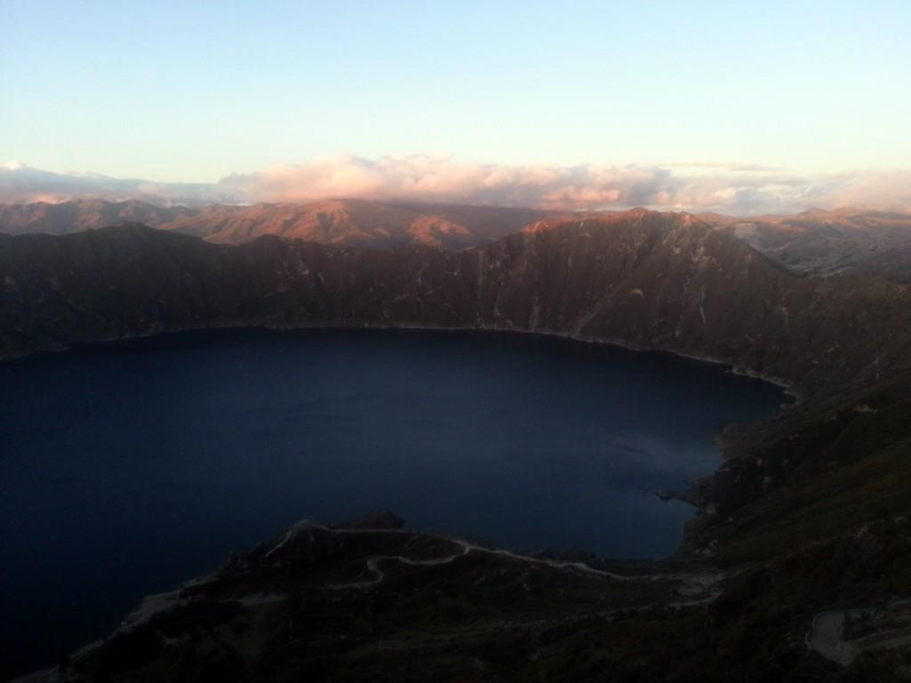 Het vulkanische meer met zonsondergang.