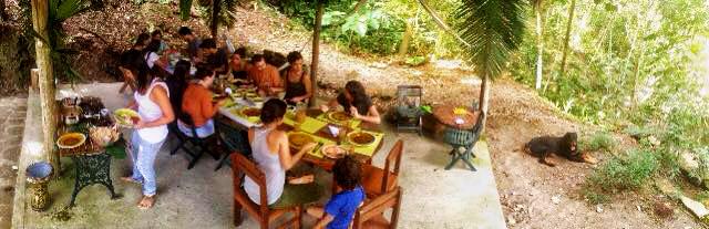 Met zijn allen aan een vegetarische maaltijd.