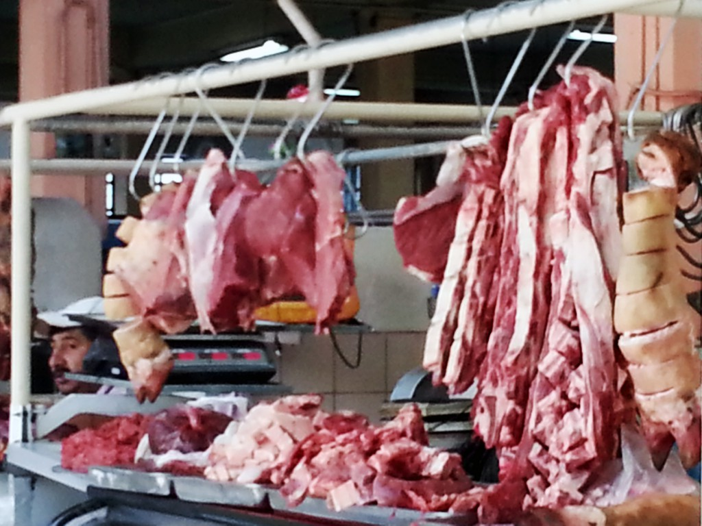 Kun je je voorstellen dat onze slagers vlees zo aanbieden. Bijna onbewerkt en zeker al heel lang niet gekoeld.