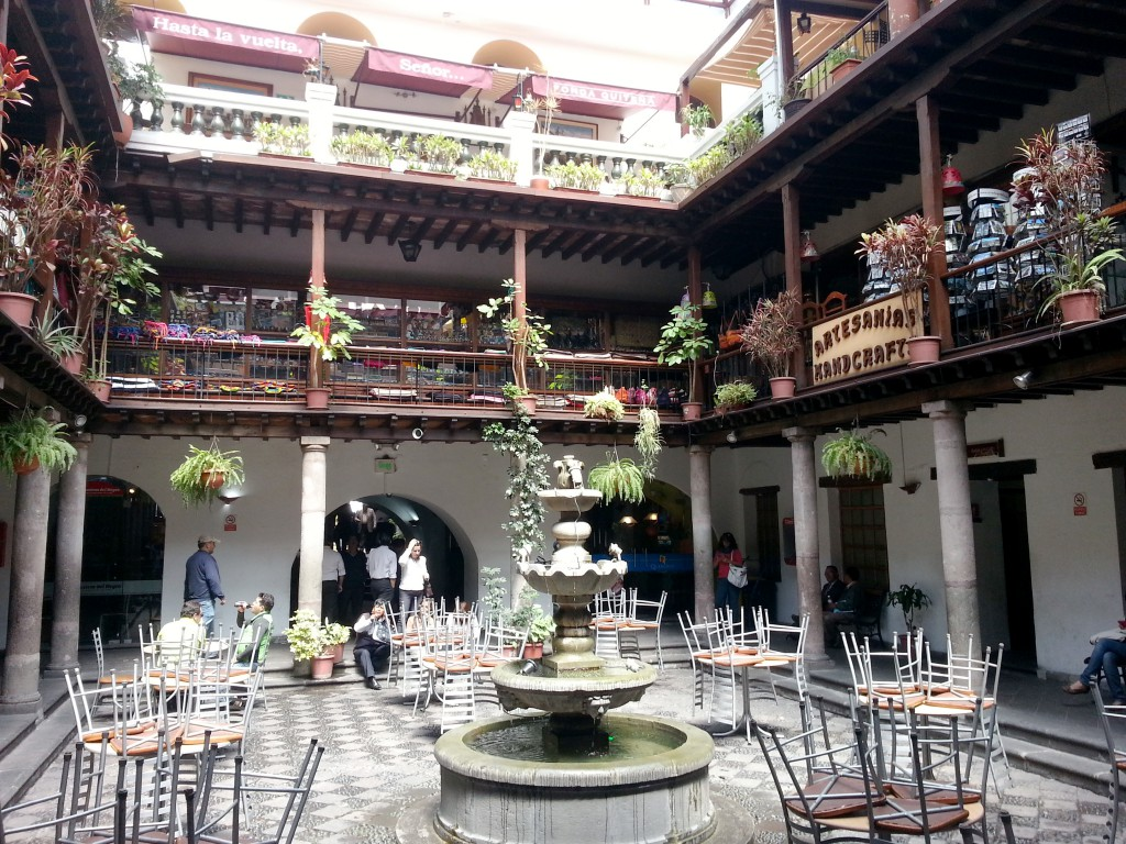 Soms loop je in Quito een gebouw binnen en dan word je opeens verrast door de mooie binnenkant.