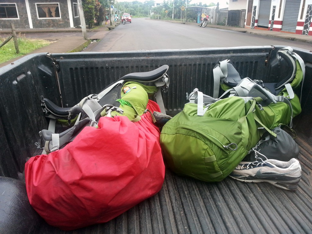Toch een mooi beeld, onze tassen (ja het zijn dezelfde), die in de kofferbak liggen. Heeft iets triests.