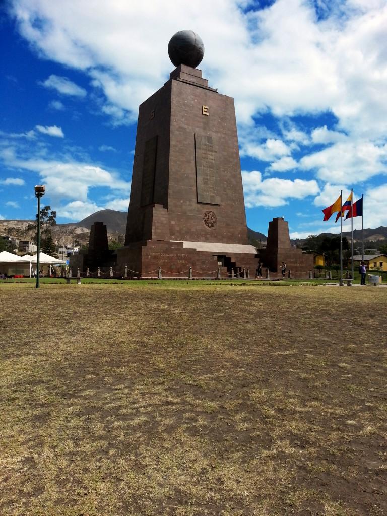 Het monument dat gebouwd is om het middelpunt van de aarde aan te geven. Het lijkt klein, maar telt maar liefst zeven verdiepingen.