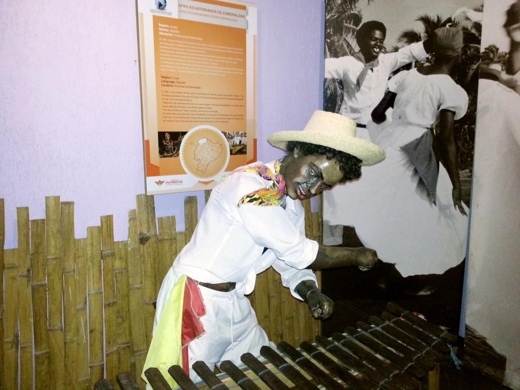 Binnen in het monument wordt van alles verteld over de volkeren van Ecuador. Dat beelden ze uit met deze 'aparte' standbeelden.