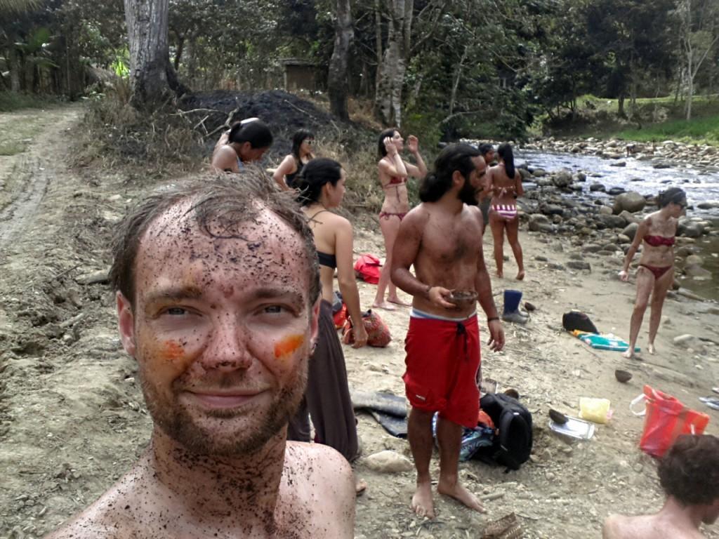 Een chocolade scrubfie. De verf op mijn gezicht is trouwens natuurlijke oranje verf van een boom. Ik kon het als goede Nederlander natuurlijk niet laten om het op mijn gezicht te smeren.