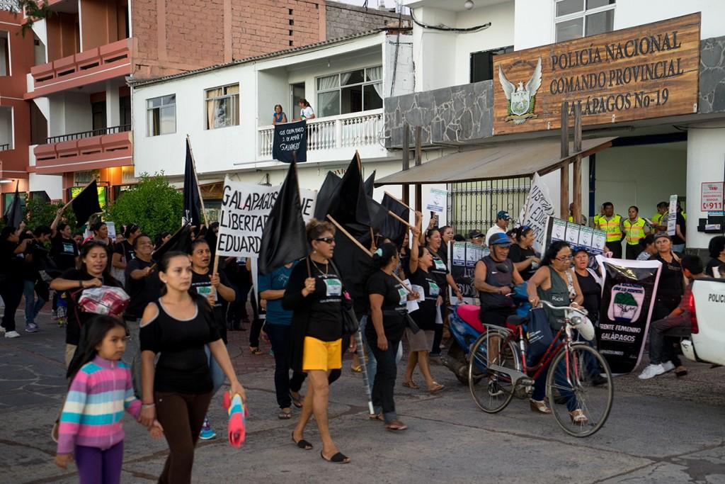 Protesten in Galapagos tegen de president. In Galapagos krijgt iedereen 75% meer loon. De president gaat dat afschaffen.