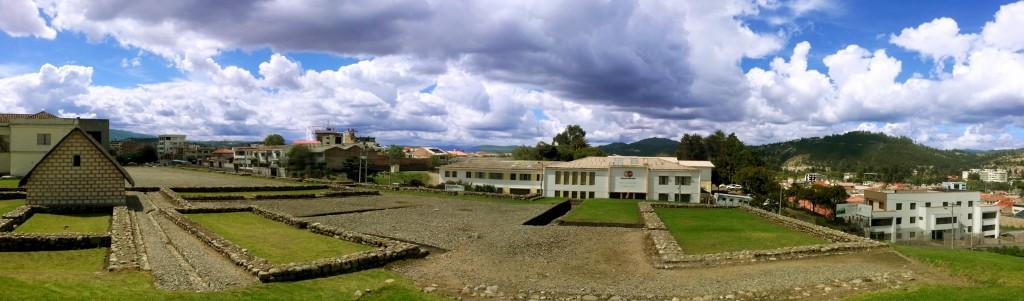 Het beste overzicht dat ik van Inca-ruïnes kon maken. Met op de achtergrond het lelijke gebouw.