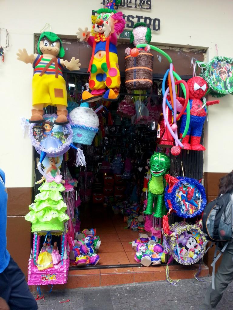 In Quito is een winkel waar je alléén maar piñatas kan kopen.