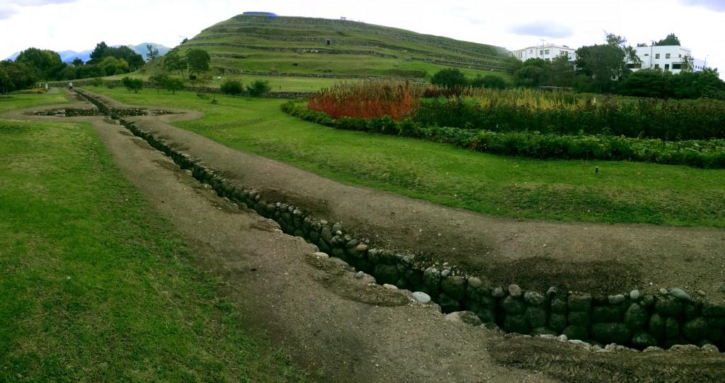 Op de achtergrond zie je de oude Inca-stad, op de voorgrond de irrigatie die ze voor de stad hadden aangelegd.