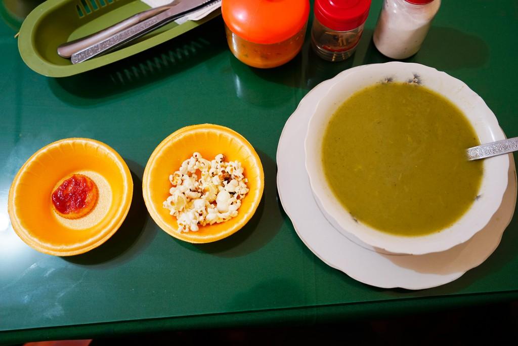Zoals in alle Latijns-Amerikaanse landen kun je een standaard lunch krijgen voor weinig geld. Dit is het voorgerecht. Popcorn en soep.