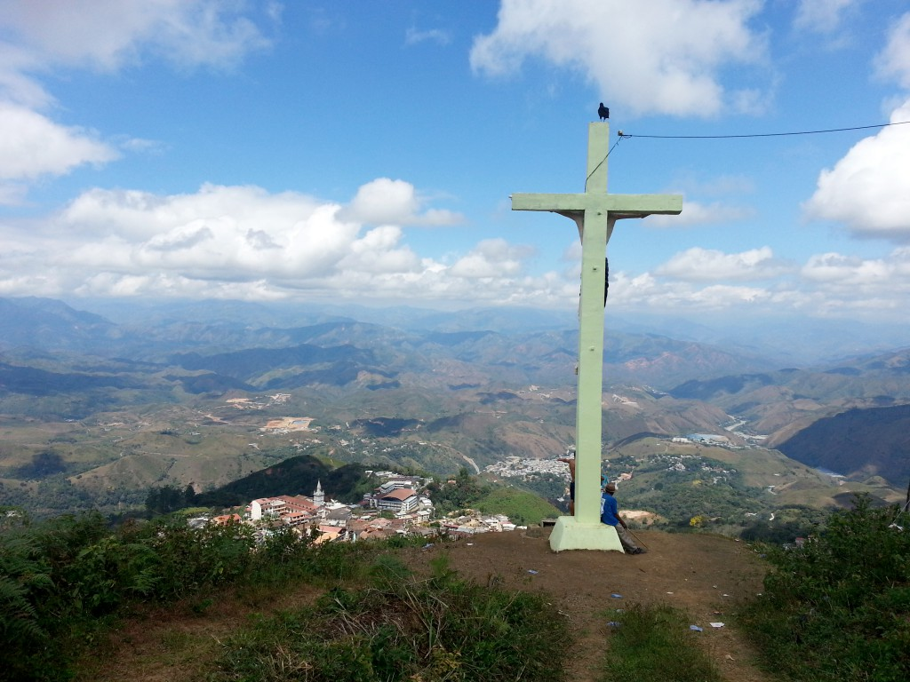 Het kruis, met zittend het oude stelletje, een uitzicht over Zaruma en omgeving en een zwarte raaf om het af te maken.