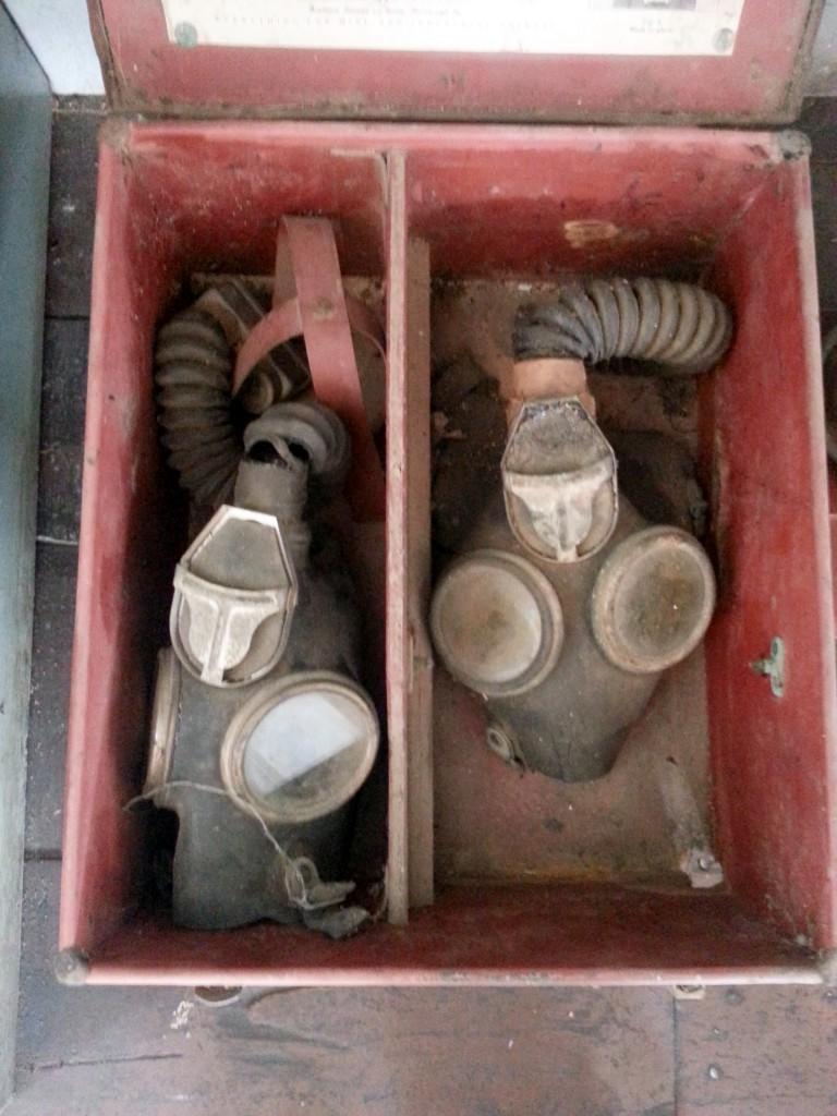 Oude gasmaskers voor de mijnwerkers.
