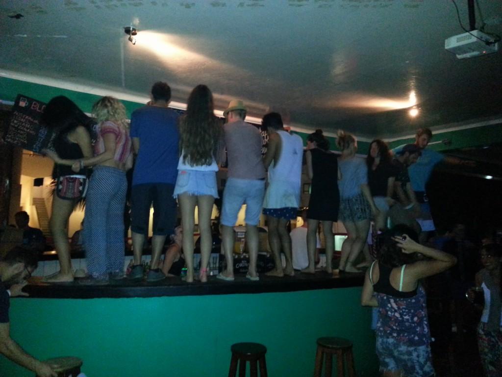 Net als deze mensen heb ik op vele tafels en barren gedanst de dagen in Mancora.