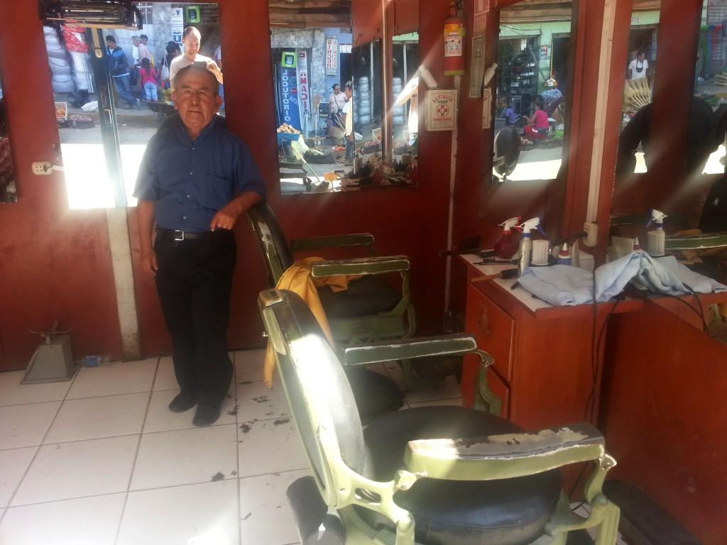 Voor 5 soles (€ 1,40) heb ik me door deze 77 jaar oude mannen laten knippen, midden op een markt.