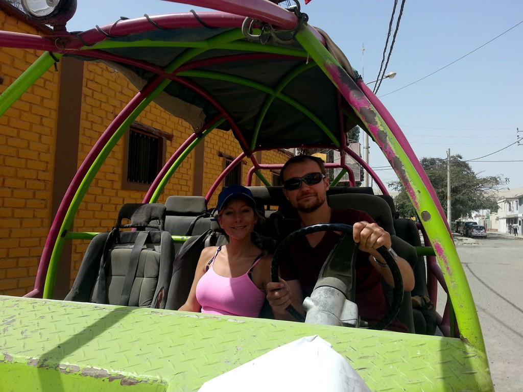 Angela en ik testen de buggy alvast even uit.