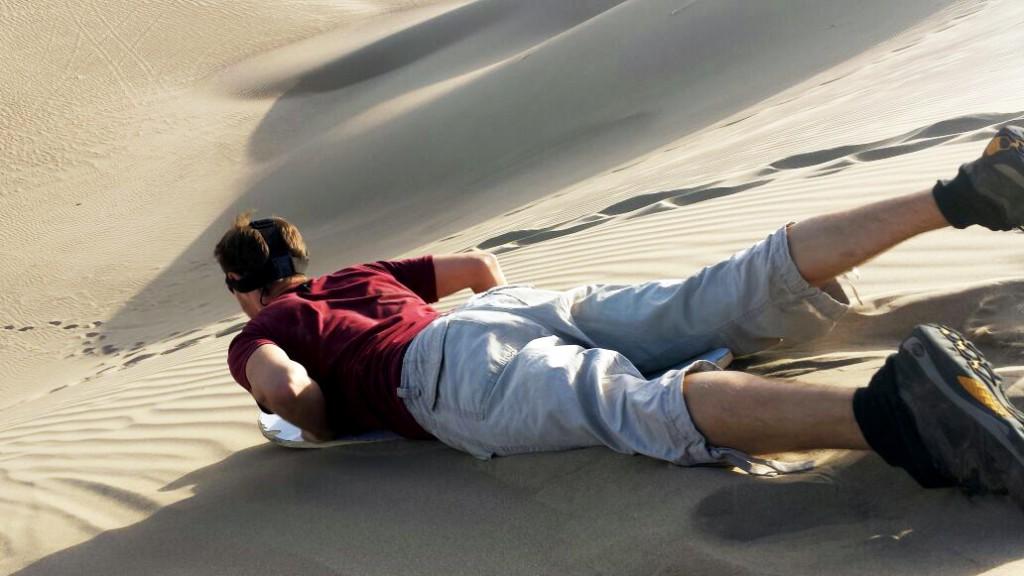 Daar ga ik dan, sandboarden op mijn buik. Camera op mijn hoofd.