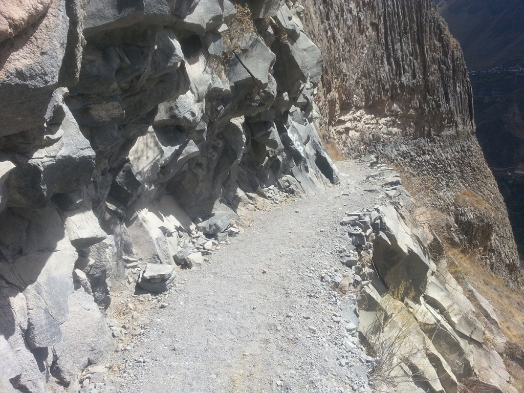 Over mooie paadjes daal je af in de canyon.