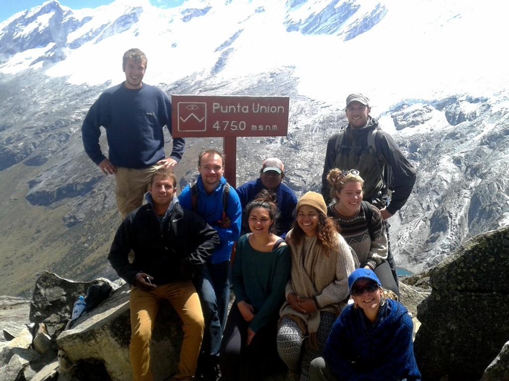 De hele groep op de top. Van links naar rechts: Kyle, Fernando, Michiel, Gids Marco, Sorann , Daniela, Hortense, Simon, Angela.
